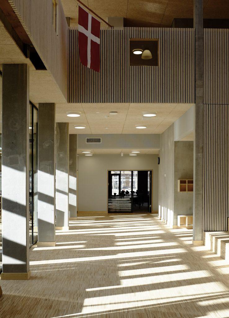 Aula med kig til undervisningslokale_foto Simon Damholt Løwenstein