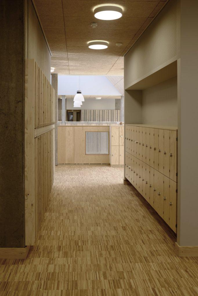 Lockers 1.sal med kig til aula_foto Simon Damholt Løwenstein
