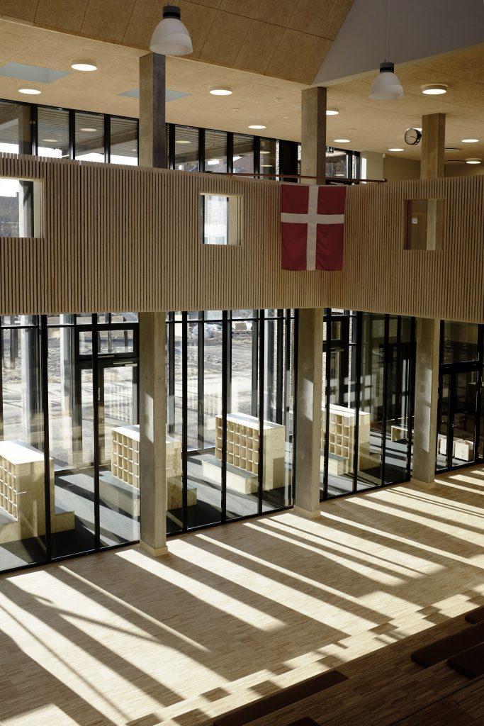 Aula med kig til garderobe_foto Simon Damholt Løwenstein