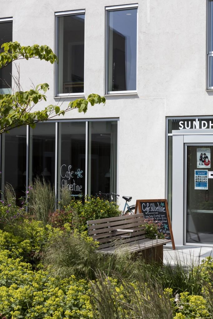 Indgang til café Albertine og Sundhedshus_foto Torben Eskerod