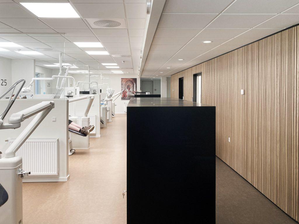 Åben tandreguleringsklinik på 2 sal